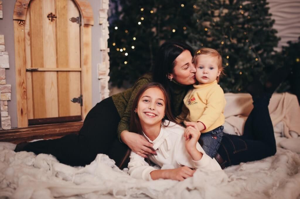 Семейная новогодняя фотосессия с ребенком в студии