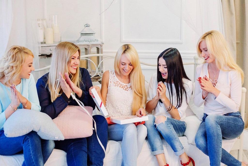 Подготовка к фотосессии девушек