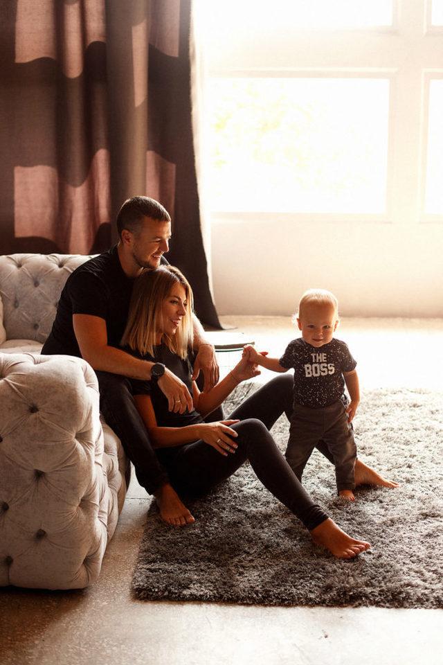 Семейная фотосессия в красивой студии
